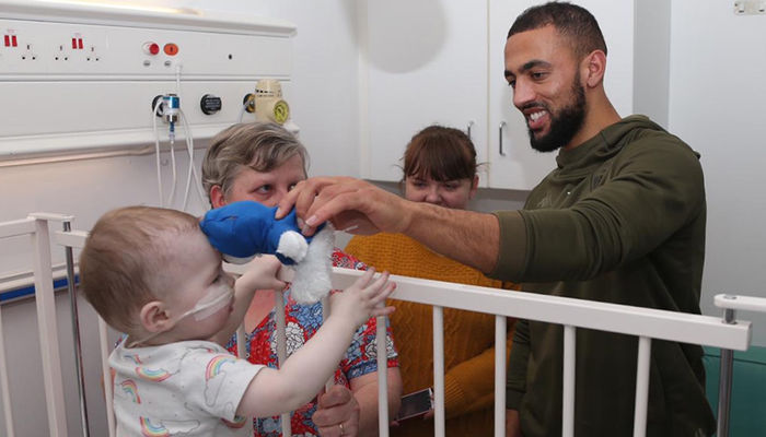 LEEDS UNITED STARS PAY FESTIVE VISIT TO LGI